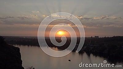 Por do sol sobre o rio largo Zaporozhye, Ucrânia filme