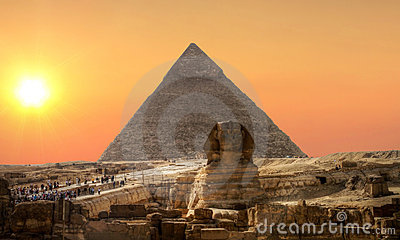 Por do sol sobre o Sphinx e a pirâmide