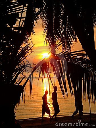 Por do sol sobre uma praia em Tailândia.