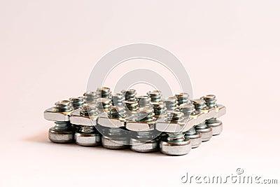 Porcas de aço pequenas - e - parafusos em um grupo