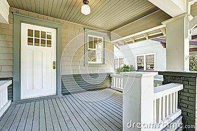 porche d 39 entr e avec la porte blanche photo stock image 44300045. Black Bedroom Furniture Sets. Home Design Ideas