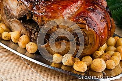 Porchetta italien avec les pommes de terre de primeurs