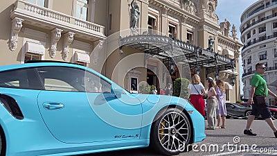 Porsche 911 ha parcheggiato in Front Of Monte Carlo Casino nel Monaco video d archivio