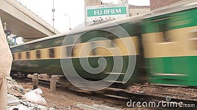 Port för drev för Pakistan järnvägar Intercity järnväg korsning i Gujranwala stock video
