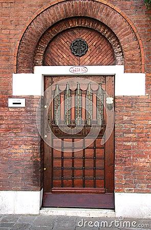 Porta de entrada de madeira com três door-locks
