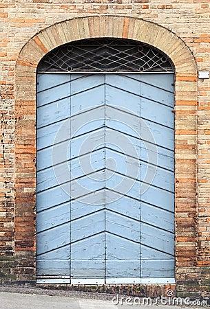 Vecchia porta di legno in parete di pietra del mattone fotografia ...
