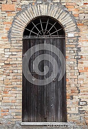 Parete Di Pietra Antica Con La Porta Di Legno Dell'arco Fotografia ...