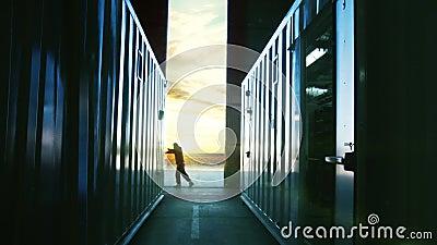 Porta do hangar da abertura do mec?nico no por do sol ilustração royalty free