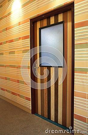 Porta modelada de madeira no corredor