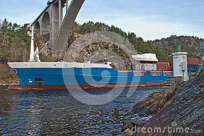 Portacontenedores bajo el puente del svinesund, imagen 2