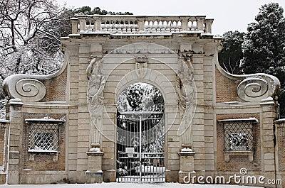 Portal de Celimontana del chalet bajo nieve Foto editorial