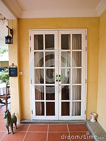 portas francesas brancas do p tio dobro   as janelas na