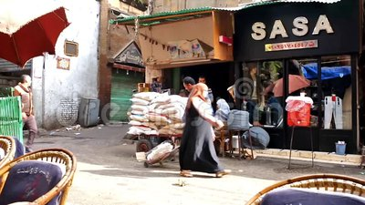 Portatori in Khan El Khalili Bazaar, Il Cairo, Egitto stock footage