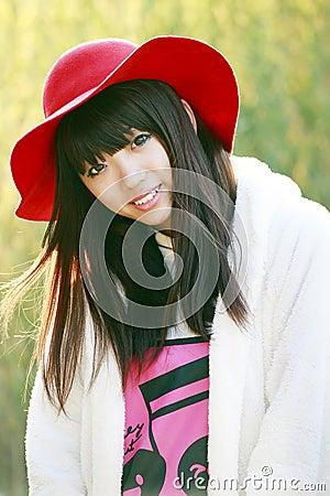 Porte à côté asiatique de fille