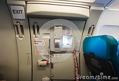 porte de sortie de secours dans l 39 avion photo stock image 45827411. Black Bedroom Furniture Sets. Home Design Ideas