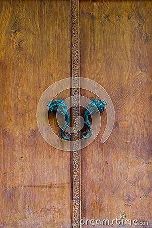 porte en bois avec la poign e de t te d 39 l phant photo stock image 66502945. Black Bedroom Furniture Sets. Home Design Ideas