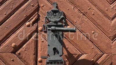 Porte en bois d'époque avec poignée en métal décoratif clips vidéos