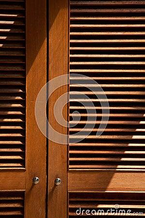 Porte en bois de jalousie image stock image 32353071 for Fenetre jalousie en bois