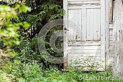 Porte ouverte de maison en bois abandonn e photo stock for Porte ouverte maison
