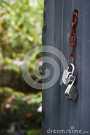 Porte ouverte sur un jardin
