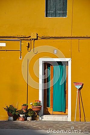 Porte verte d 39 une maison jaune photo stock image 53306926 for Portent une maison lacustre