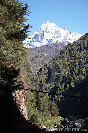 Free Porter Crossing Rope Bridge In Himalaya, Nepal Stock Photography - 10492342
