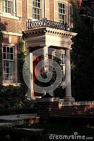 Portico con le colonne bianche fotografia stock libera da for Aggiornare le colonne del portico