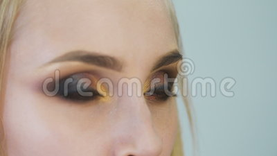 Porträt attraktiven, frischen Blondinen Es ist das Topmodell, machte sie ein großartiges Make-up für eine Fotoaufnahme, oder stock video