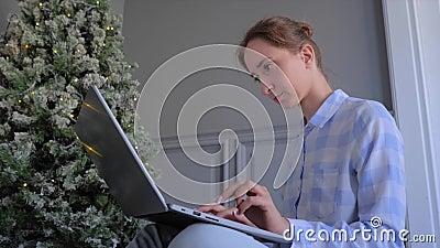 Porträt der Frau, die auf der Laptop-Tastatur tippt - Weihnachtskonzept stock video footage