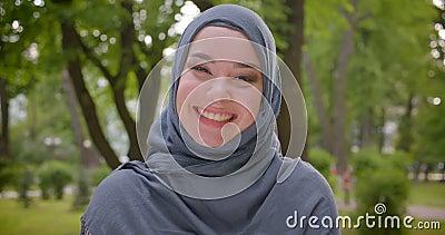 Porträt der moslemischen Frau im hijab mit hellem bilden Lächeln herzlichst und herrlich in Kamera im Park stock video footage