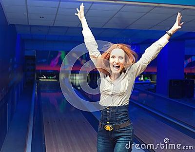 Aufgeregtes Mädchen in einem Bowlingspiel