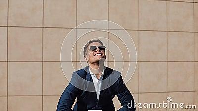 Porträt des jungen überzeugten Geschäftsmannzerreißens Rechtsdokumente Der Mann tritt von seinem Job zurück und lächelt an der Ka stock video