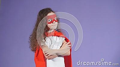 Porträt des kleinen Astronauten in roter Maske und in violettem Hintergrund isolierter Trübung stock footage