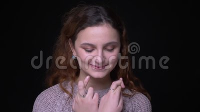 Porträt des netten jungen brunette gewellt-haarigen Studenten stellt Kreuzenfinger her zu unterzeichnen, um Hoffnung auf schwarze stock footage