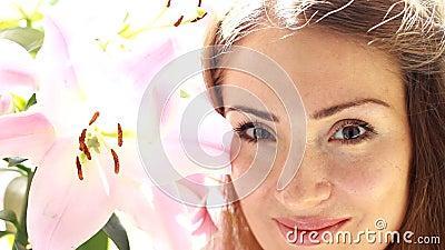 Porträt einer jungen Schönheit mit Lilie Gesicht einer Mädchennahaufnahme stock video