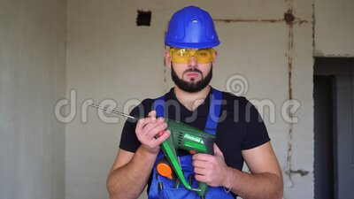 Porträt eines ernstlich brutalen männlichen Bauarbeiters mit Hammerbohrer stock video footage