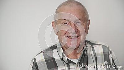 Porträt eines glücklichen grau-köpfigen Mannes im glücklichen lächelnden Konzept 4k des Ruhestandes 80s stock footage