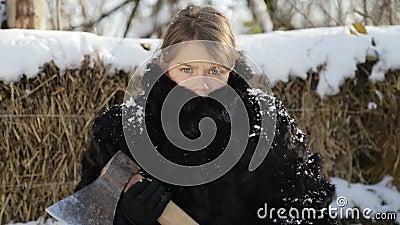 Porträt eines Nordjungenabschlusses oben mit einer Axt Jugendlich Junge im Wintermantel mit einem Beil stock video