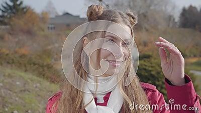 Porträt junger Kaukasier, die Kamera anschauen und lächeln Blond hübsches Mädchen stehend im Herbstpark Happy Hippie stock video footage