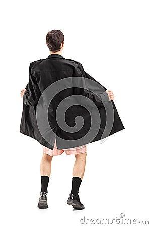 Porträt in voller Länge eines tragenden Mantels und des Gestikulierens des Blitzgebers