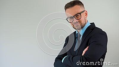 Porträtt av en skäggig, formellt klädd, skäggig man med glasögon räter hans slips och tittar på kameran arkivfilmer