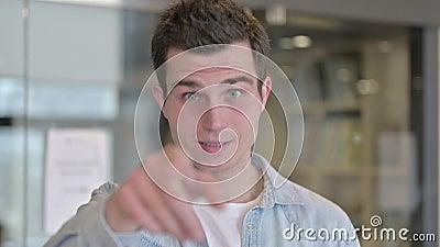 Porträtt av Young Designer som pekar ut fingret och bjuder in