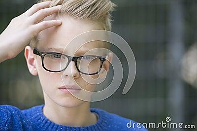 Blonder Junge mit Brille