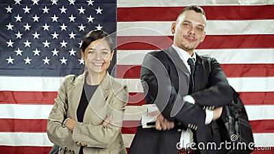 Portrait d'étudiants souriants sur fond de drapeau américain Concept d'éducation banque de vidéos