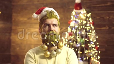 Portrait d'homme ?tonn? et dr?le ?motions de cadeau Homme solide de Santa Claus avec la barbe et la moustache Personnes dr?les clips vidéos