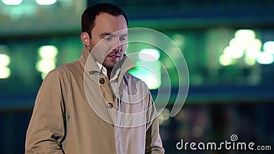 Portrait d'un bel homme froid en attendant quelqu'un à l'extérieur clips vidéos