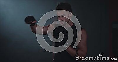 Portrait d'un boxeur dans une classe de cross-fit devant l'appareil photo, un homme très concentré et attrayant banque de vidéos
