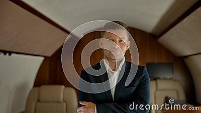 Portrait d'un entrepreneur souriant aisé dans sa propre cabine à jet d'affaires banque de vidéos