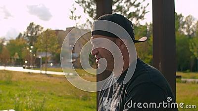 Portrait d'un homme brutal qui parle et boit de la bière banque de vidéos