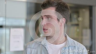 Portrait d'un jeune concepteur effrayé regardant autour de lui